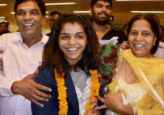 Olympic bronze medal winning wrestler Sakshi Malik arrived here this morning to a grand welcome amid scenes of jubilation and loud cheers from scores of people at the Indira Gandhi International Airport.
