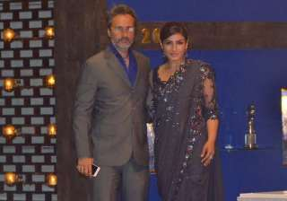 Mukesh Ambani hosted a grand party recently and our Bollywood celebs arrived in style. Raveena Tandon arrived in a gorgeous saree and looked every bit gorgeous. She was accompanied by her husband Anil Thadani