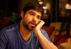 emraan adds quirky touch to jholuraam song video