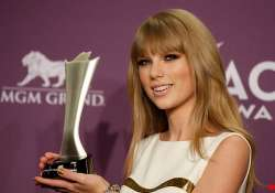 taylor swift wins acm entertainer of the year