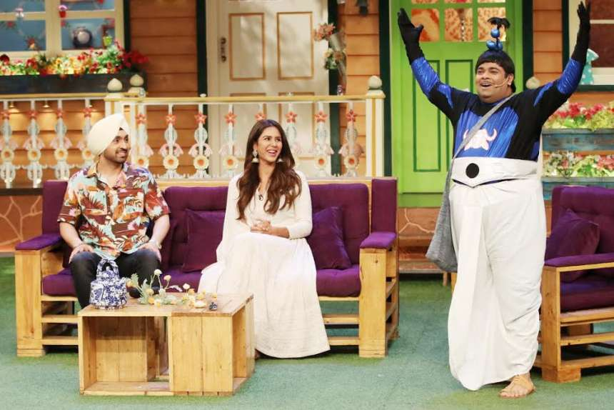 Diljit and Sonam Bajwa enjoying the acts performed by the cast on the show. Sonam looked drop dead gorgeous in a white Anarkali which she paired with silver jhumkas