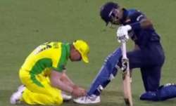 David Warner ties Hardik Pandya's shoelaces