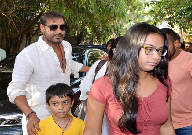 Golmaal Again Ajay Devgn Watches His Film With Wife Kajol Daughter