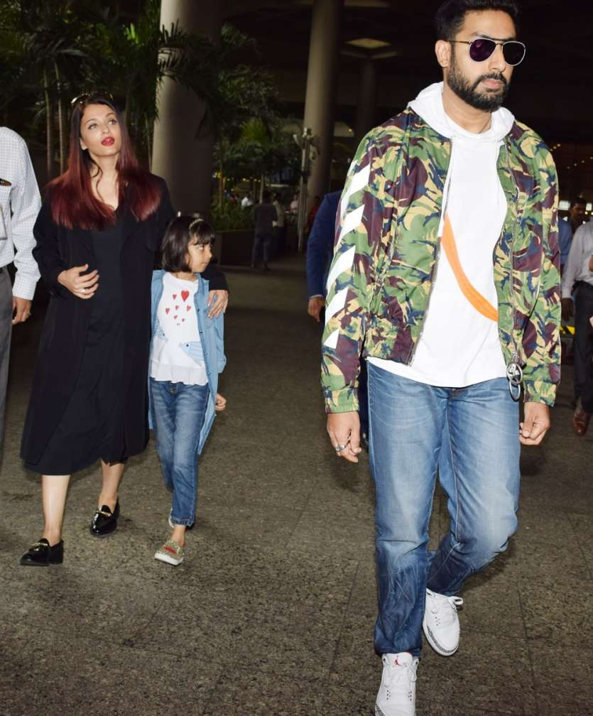 Latest Celebrities Pictures: Akshay Kumar & family back from