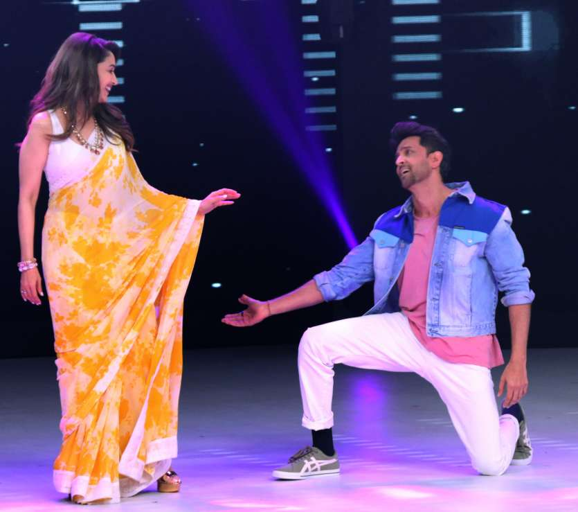 Hrithik Roshan shakes leg with Madhuri Dixit on Dance Deewane sets while promoting Super 30