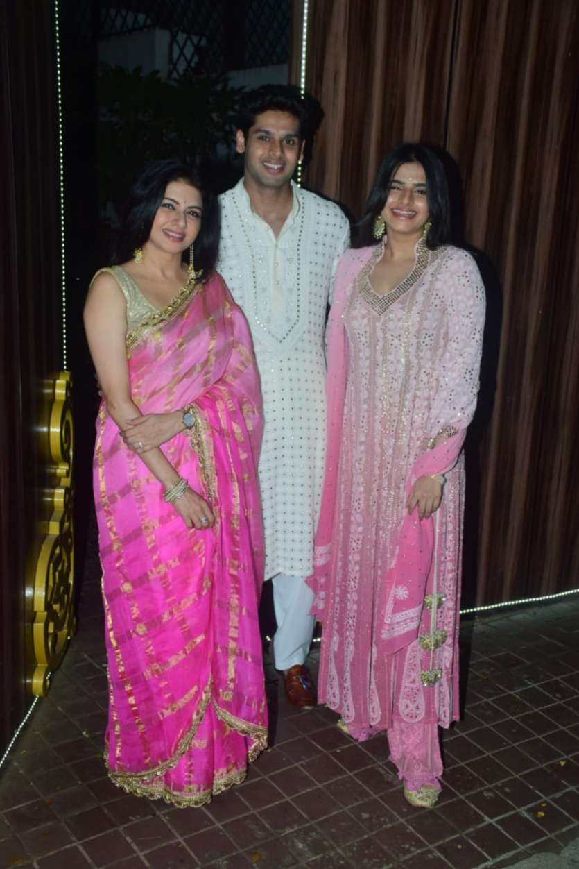 Bollywood actress Bhageshwari was clicked with her children on the occasion of Diwali 2020. She looked stunning in her pink saree.