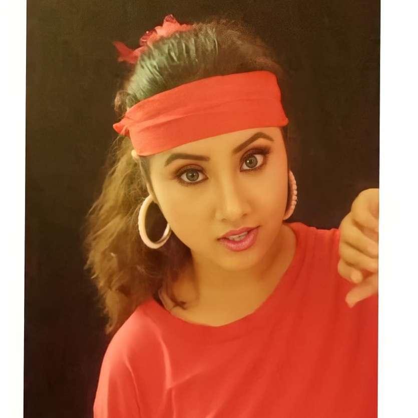 In Pics: Netizens find Divya Bharti's lookalike in Manju Thapa, uncanny  similarities will leave you baffled