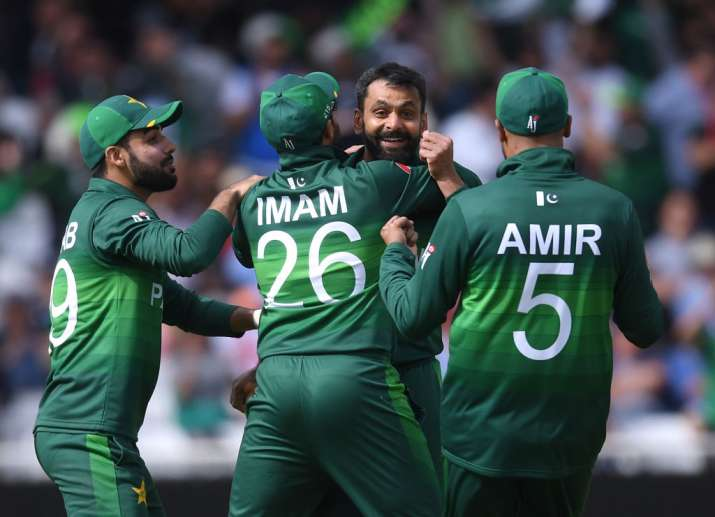 Mohammad Hafeez (centre) along with his teammates