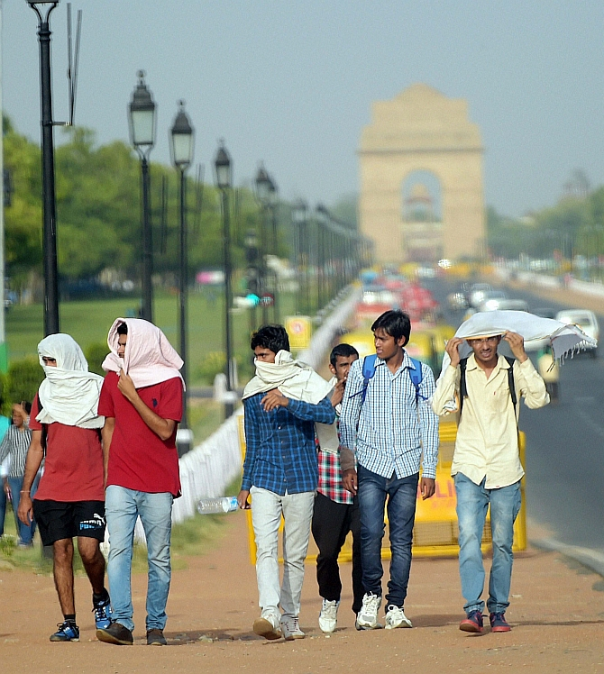 Hot morning in Delhi, light rain likely