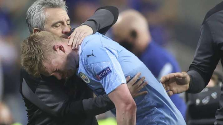 Manchester City's Kevin De Bruyne grimaces as he leaves the