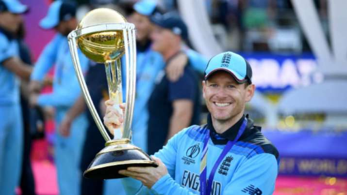 Eoin Morgan with the World Cup trophy