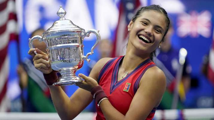 Emma Raducanu, of Britain, holds up the US Open